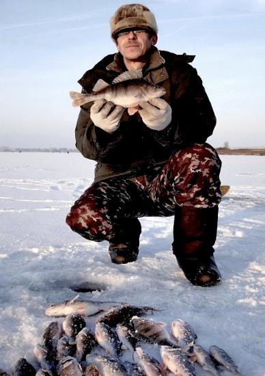 Рыболов с окунем