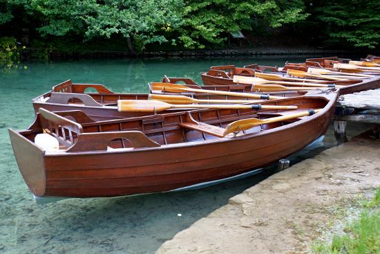Лодка с деревянным корпусом