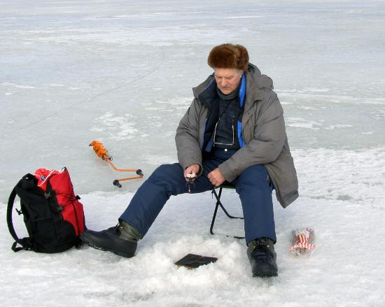 Любитель подледной рыбалки