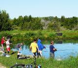 Ребята ловят рыбу