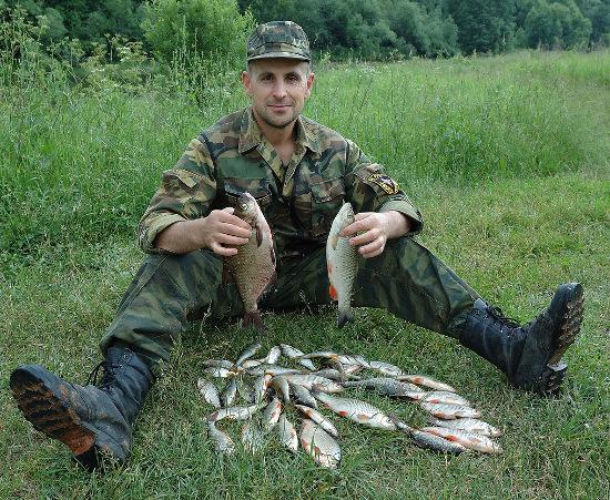 Рыболов с голавлем и лещом