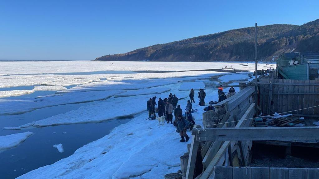 На Сахалине десятки удильщиков оказались на оторвавшейся льдине